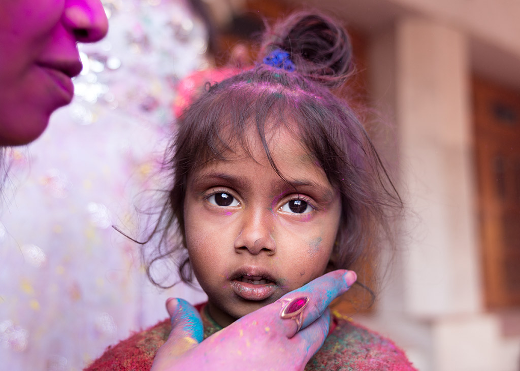 India Amritsar portrait girl eyes Holi retrato colors colours colores street portrait hand mano madchen anarivasimages anarivasphotography