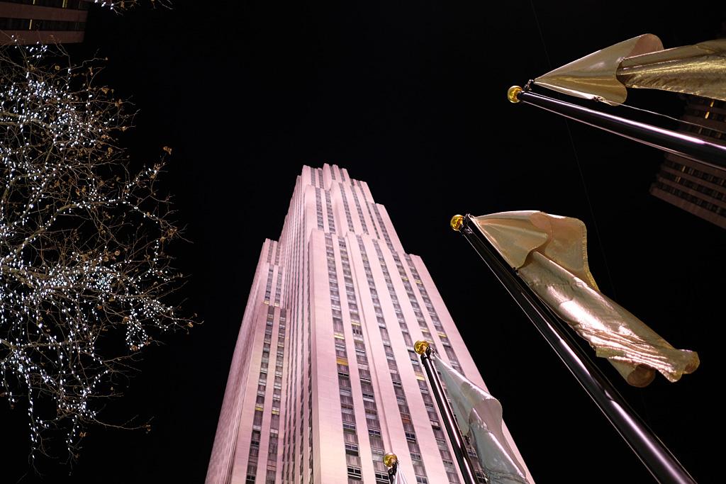 Christmas Rockefeller NYC NewYorkCity street color night noche urbano calle navidad Weihnachten flag bandera luces lights Lichten Nueva York NewYork Rockefeller Center