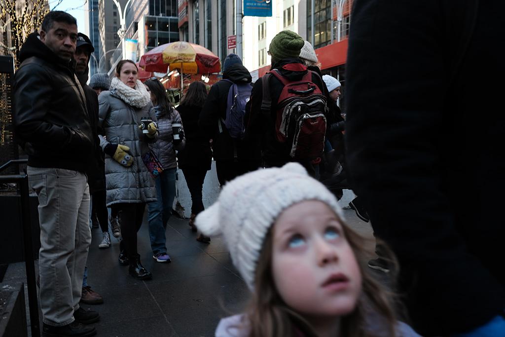 Christmas Rockefeller NYC NewYorkCity street color urbano calle navidad Weihnachten girl niña expectations expectativas walkers paseantes York NewYork Rockefeller Center
