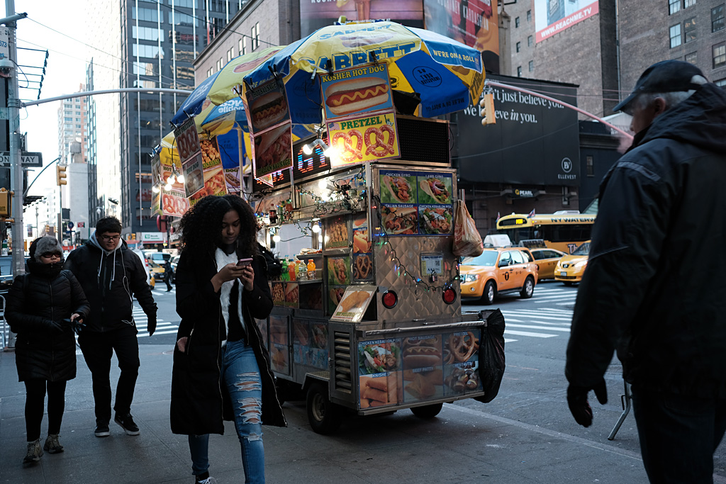 Street color paseantes walkers smartphone winter invierno Christmas Rockefeller NYC NewYorkCity street color shadows blue azul urbano calle navidad Weihnachten sombras Lichten Nueva York NewYork Rockefeller Center