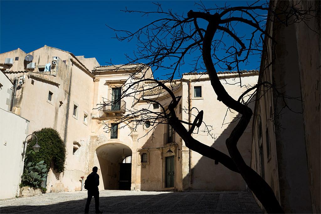 calle urbano street silhouette silueta sombra shadow Noto Sicily Sicilia blue azul anarivasphotography anarivasimages
