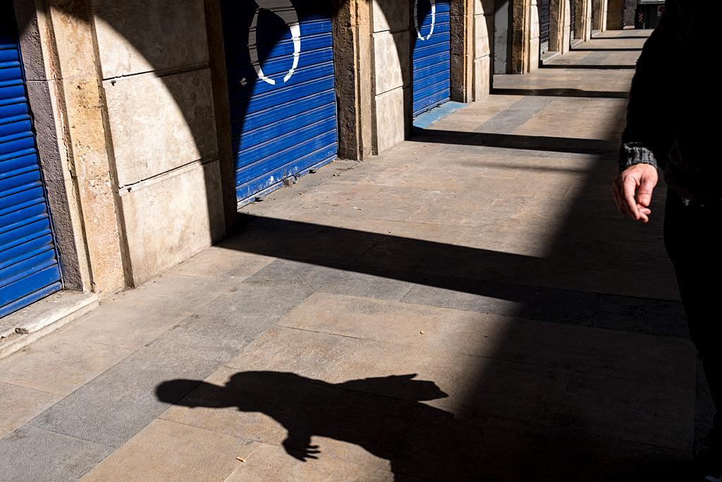 calle urbano street silhouette silueta sombra shadow Reus blue azul hand mano Hand