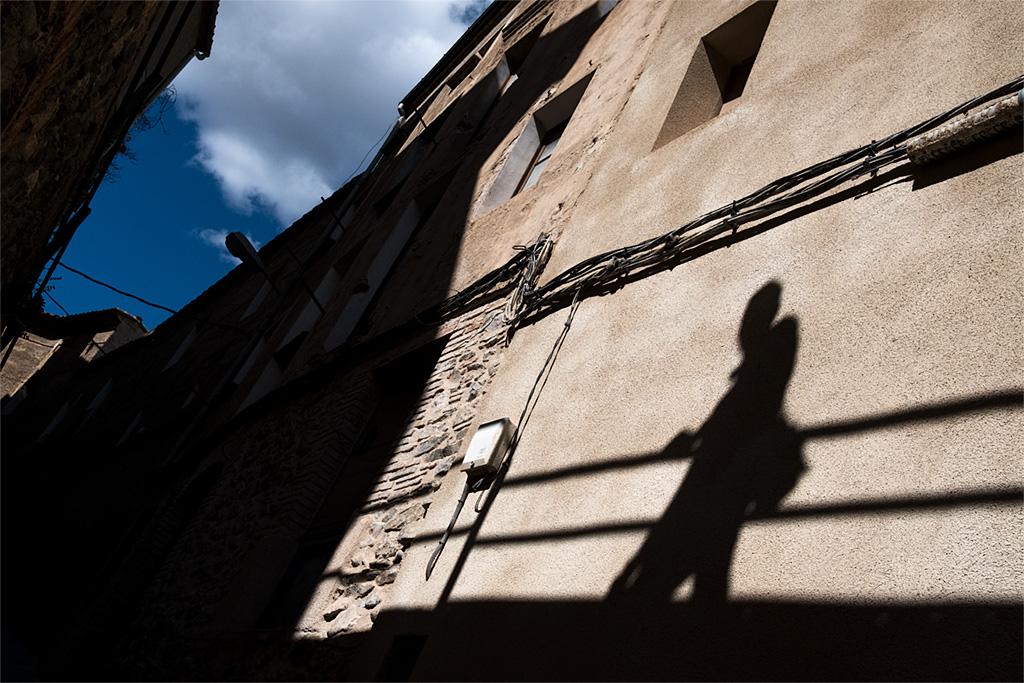 calle urbano street silhouette silueta sombra shadow Vilella Baixa blue azul anarivasimages anarivasphotography