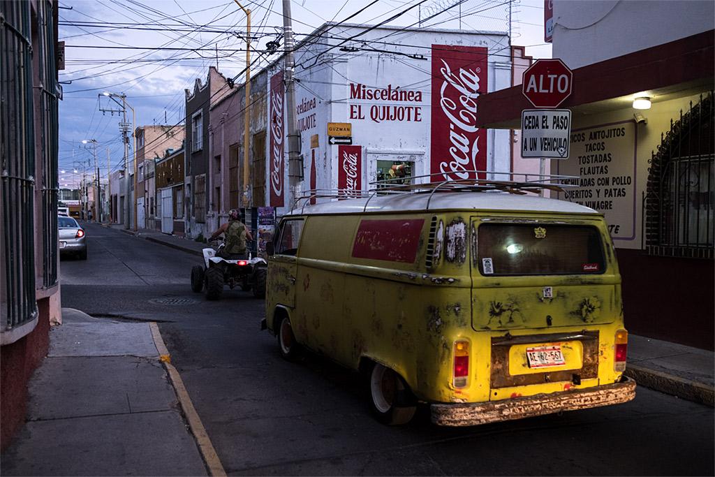 #street #Mexico #Aguascalientes #yellow calle urbano amarillo Mexiko tráfico traffic alto stop Wolkswagen gelb