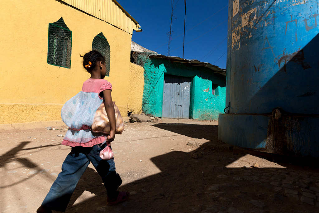etiopía ethiopia harar streetphotography africa streetlife street travel viajes urbana anarivasphotography anarivasimages shadows bread pan aporelpan