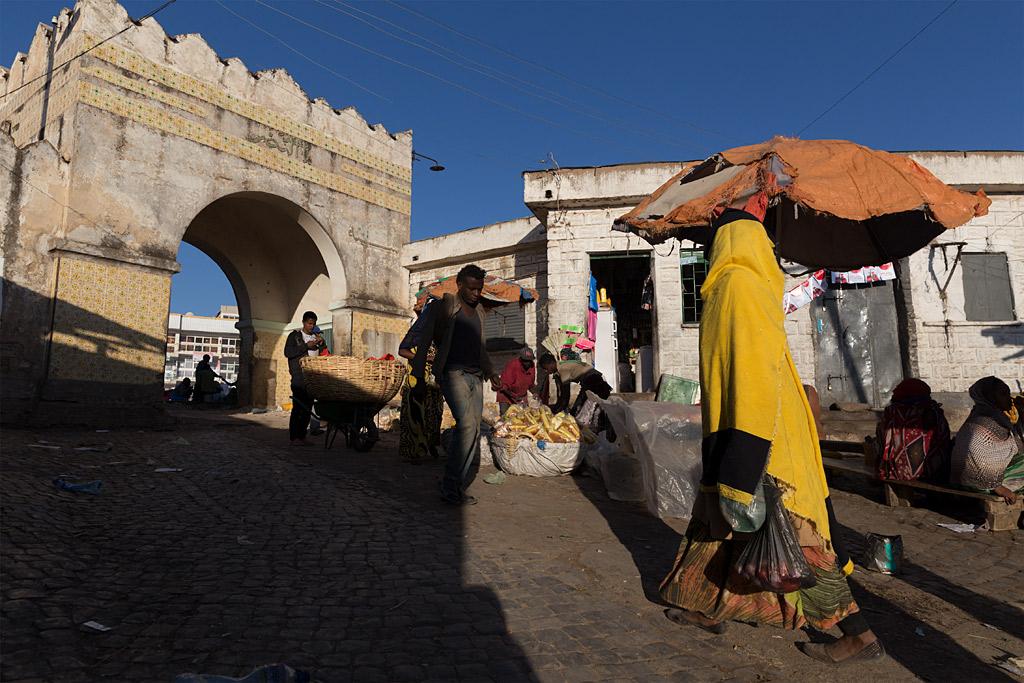 etiopía ethiopia harar streetphotography africa streetlife street travel viajes urbana anarivasphotography anarivasimages shadows sombras Harar gate market mercado