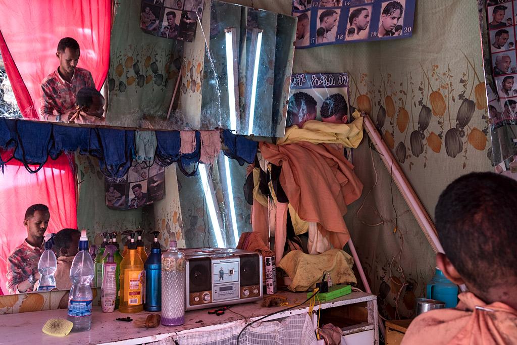 etiopía ethiopia harar streetphotography africa streetlife street travel viajes urbana anarivasphotography anarivasimages barbershop barbería hairmaker peluquero